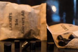 Kolsvart  AB Malmö - BiB - Black in Box - Söt, salt, söt ingefära och Salt+havssalt lakrits - Presentbox med 4 påsar fantastisk lakrits
